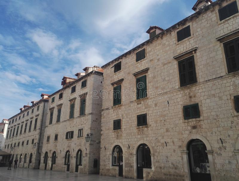 Edificios hermosos de la calle principal Stradun de la ciudad en Dubrovnik imagenes de archivo