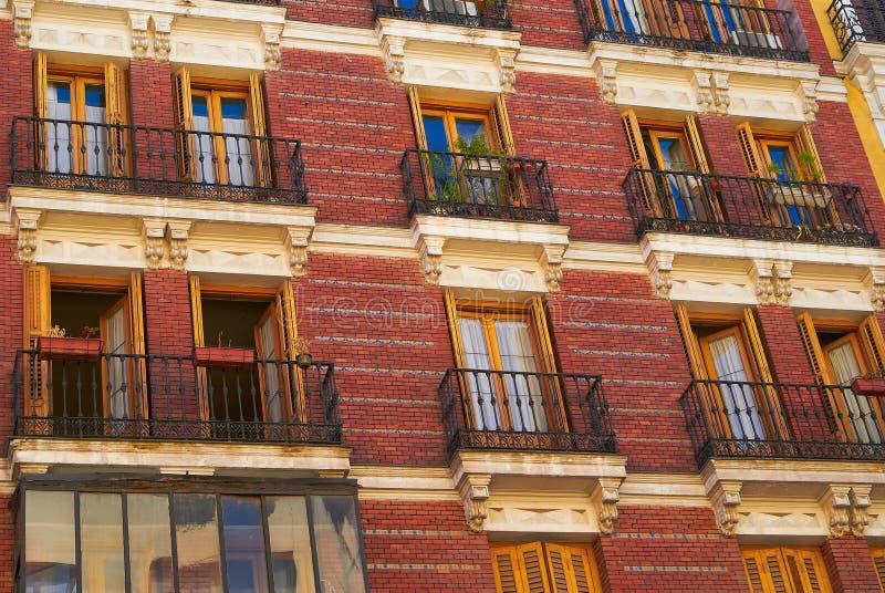 Edificios históricos con los frentes del cordón de Madrid fotografía de archivo libre de regalías
