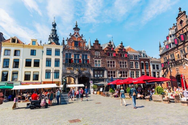 Edificios históricos en el gran mercado en Nimega, Países Bajos fotos de archivo libres de regalías