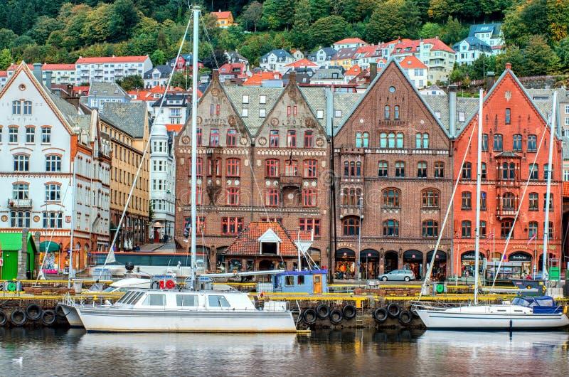 Edificios históricos en la calle en Bergen, Noruega fotos de archivo libres de regalías