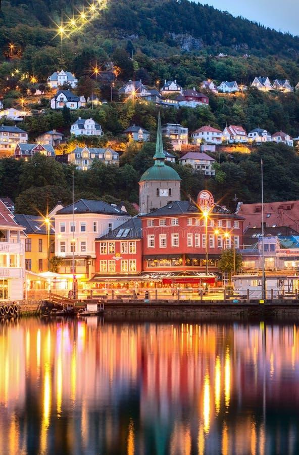 Edificios históricos en la calle en Bergen, Noruega imagen de archivo