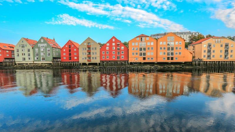 Edificios históricos a lo largo del río Nidelva en Strondheim, Noruega imagen de archivo libre de regalías