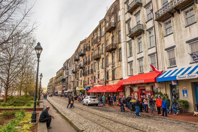 Edificios históricos, tiendas y restaurantes en la calle del río, S imagen de archivo