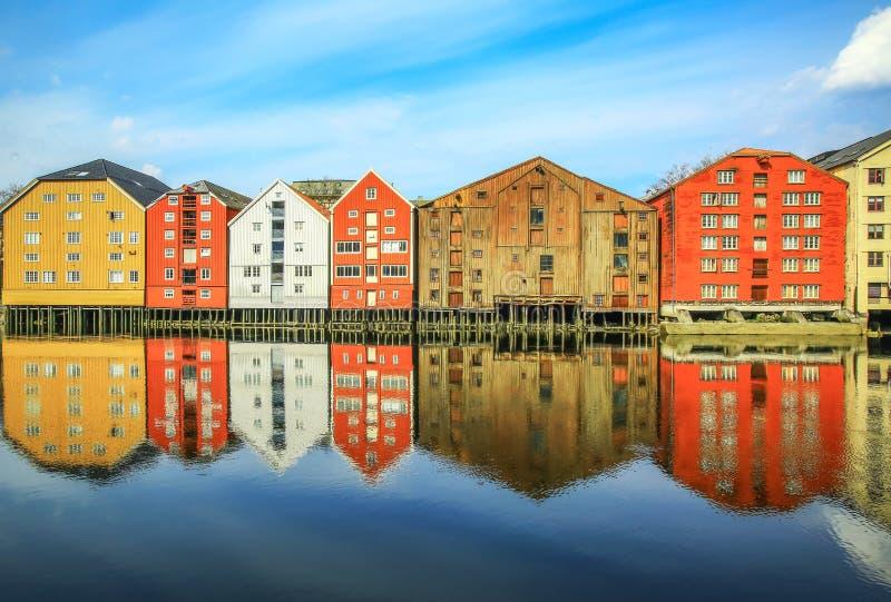 Edificios históricos viejos en Strondheim, Noruega imagen de archivo
