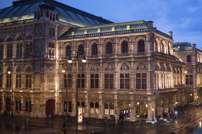 Edificios históricos Viena Austria por la noche después de la lluvia La hermosa Viena imagenes de archivo
