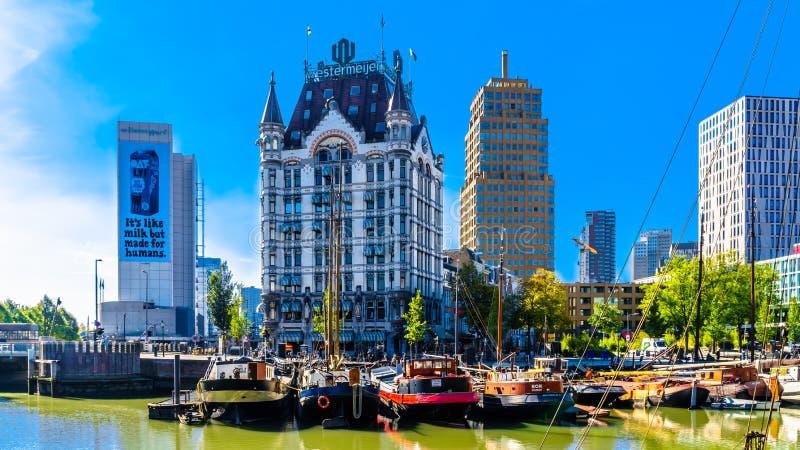 Edificios históricos y altos edificios modernos de la subida en la ciudad de Rotterdam fotografía de archivo libre de regalías