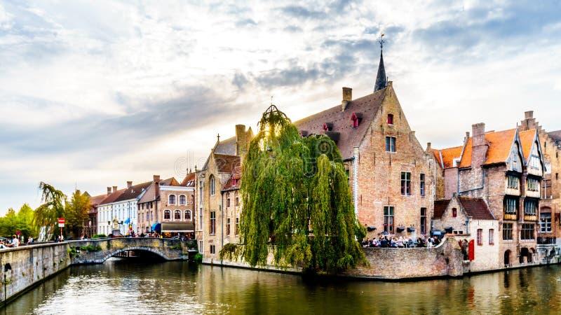 Edificios históricos y un puente de piedra sobre el canal de Dijver en la ciudad medieval de Brujas, Bélgica fotos de archivo libres de regalías