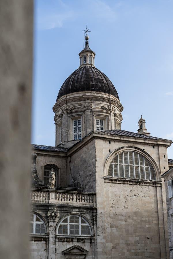 Edificios hist?ricos en la ciudad vieja de Dubrovnik en Croacia Catedral de la asunci?n de la Virgen Maria imagen de archivo