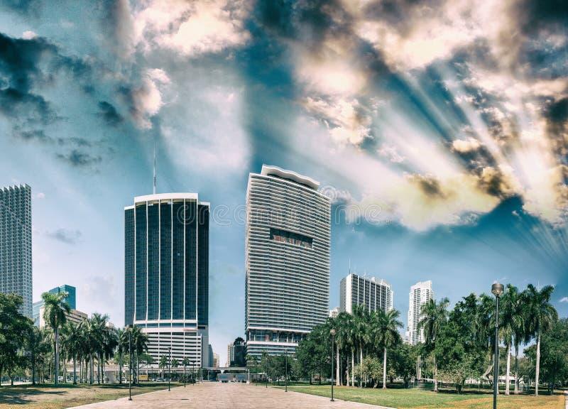 Edificios horizonte hermoso de Miami, la Florida imagenes de archivo
