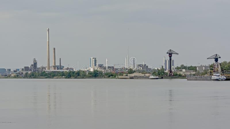 Edificios industriales e infraestructura en el terraplén del río Escalda en el puerto de Amberes imagen de archivo