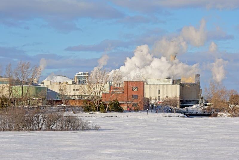 Edificios industriales a lo largo del río de Ottawa foto de archivo