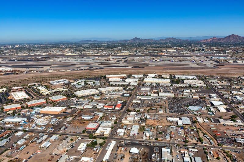 Edificios industriales y de oficinas adyacente a aeropuerto foto de archivo