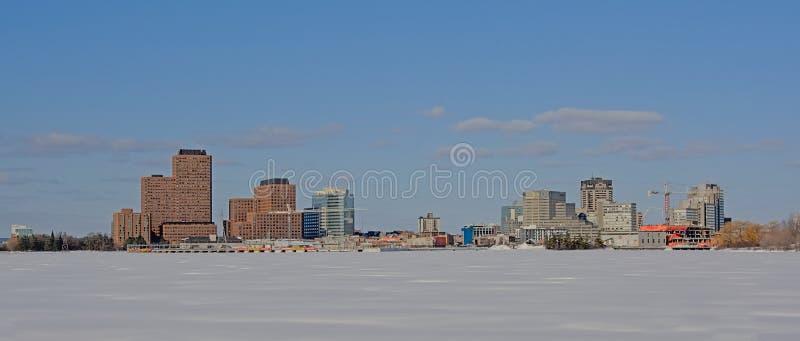 Edificios industriales y rascacielos del casco a lo largo del río congelado de Ottawa imágenes de archivo libres de regalías