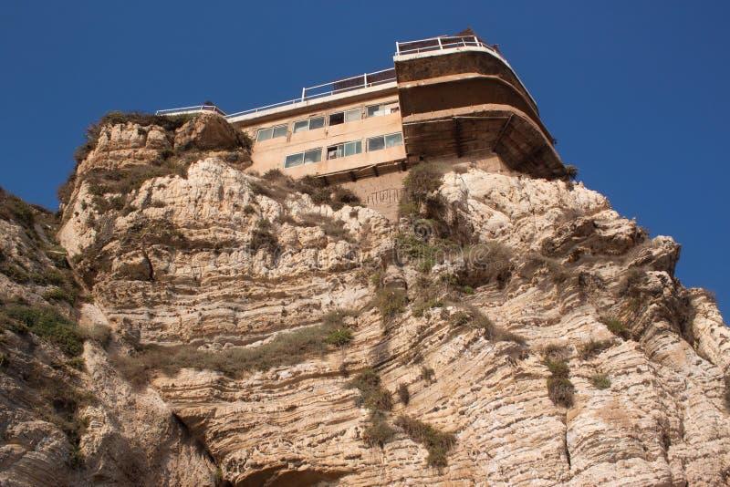 Edificios lamentables viejos en los acantilados en el distrito de Raouche en Beirut foto de archivo