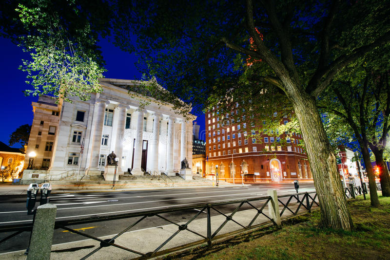 Edificios a lo largo de la calle del olmo en la noche, en New Haven céntrica, conec fotos de archivo