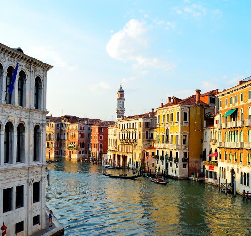 Edificios a lo largo de un canal de Venecia en el sol de la mañana foto de archivo libre de regalías