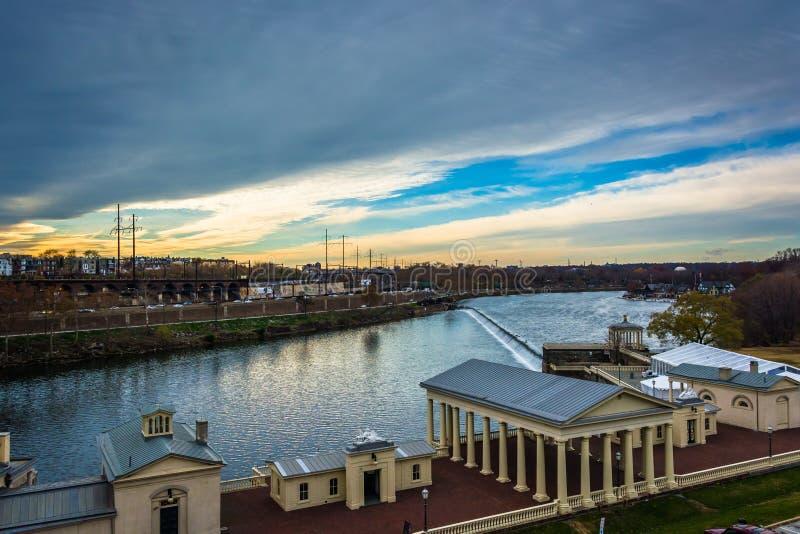Edificios a lo largo del río de Schuylkill en Philadelphia, Pennsylvan imagen de archivo