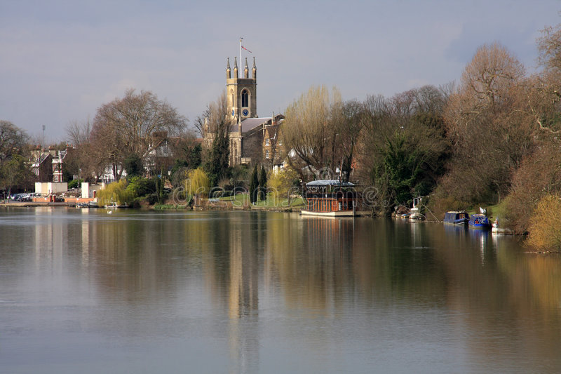 Edificios a lo largo del río Thames foto de archivo