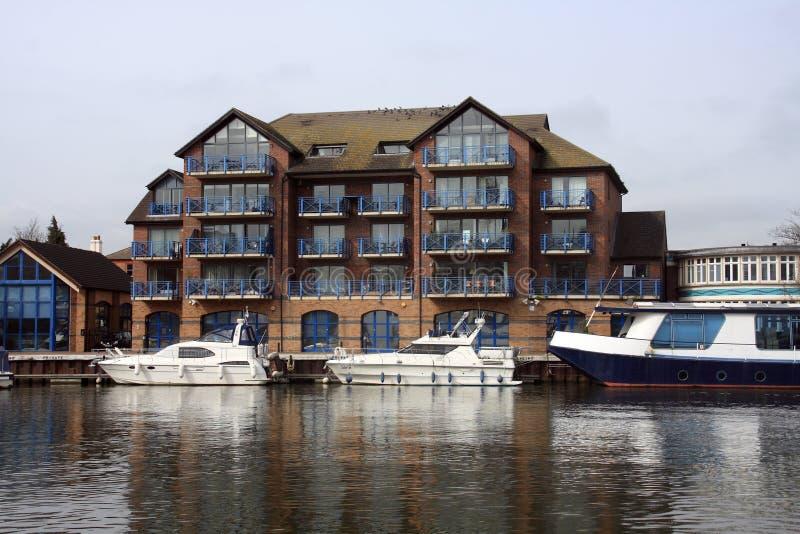 Edificios a lo largo del río Thames fotos de archivo