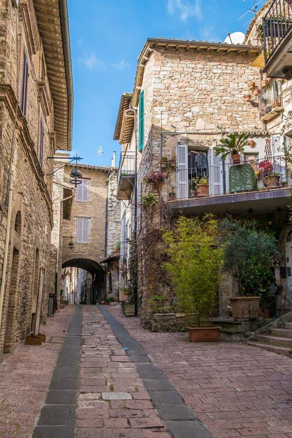 Edificios medievales en la ciudad italiana de la colina de Assisi, Umbría, Italia foto de archivo libre de regalías