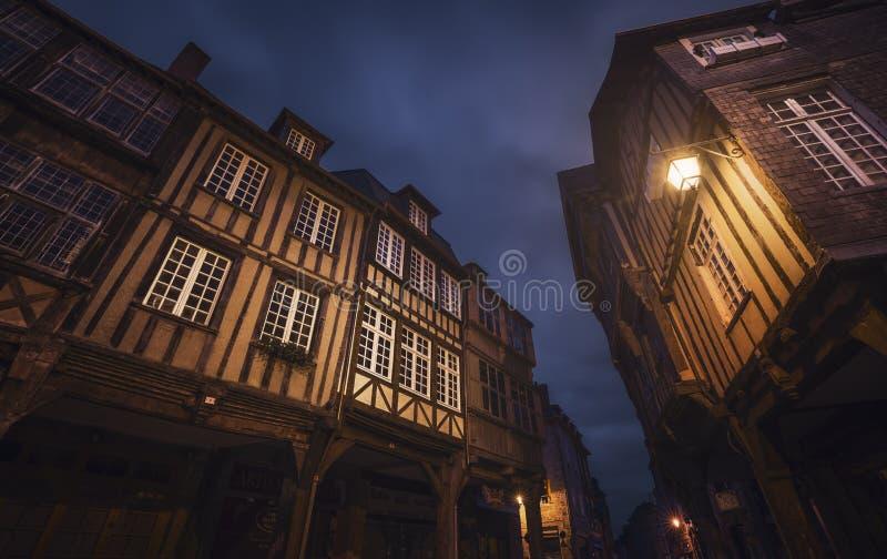 Edificios medievales viejos en Dinan, Francia foto de archivo libre de regalías