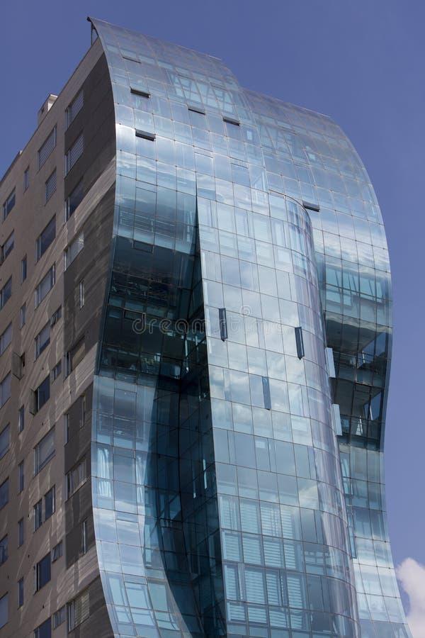 Edificios modernos azules que reflejan el cielo nublado azul en Quito fotografía de archivo libre de regalías