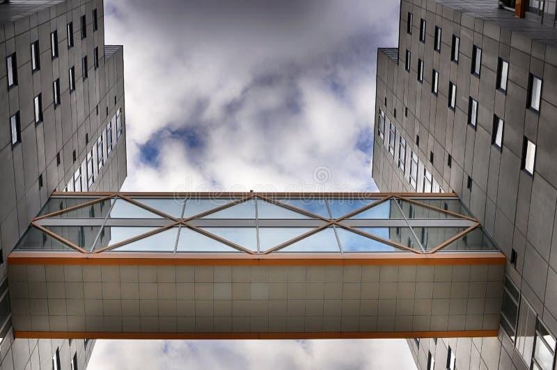 Edificios modernos con el paso superior fotografía de archivo