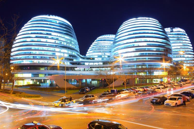 Edificios modernos de Pekín en la noche foto de archivo