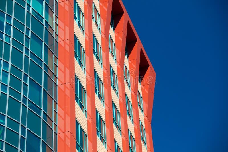 Edificios modernos del negocio con el fondo del cielo foto de archivo