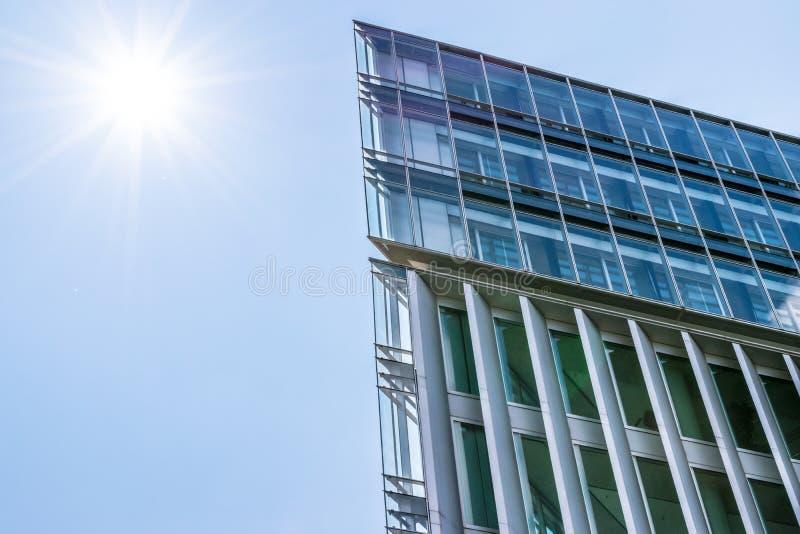 Edificios modernos del negocio con el fondo y el sol del cielo fotos de archivo