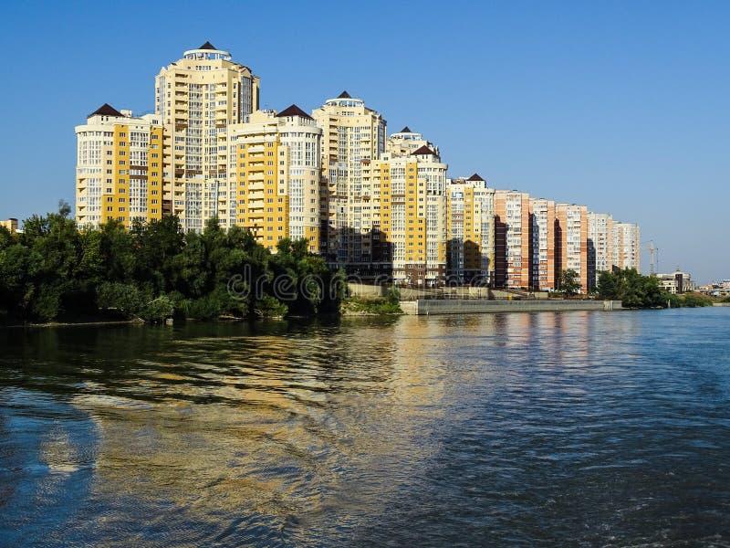 Edificios modernos en el banco del río de Kuban imagenes de archivo