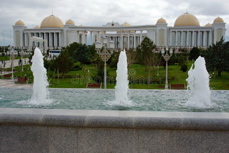 Edificios modernos en el centro de Asjabad, Turkmenistán imágenes de archivo libres de regalías