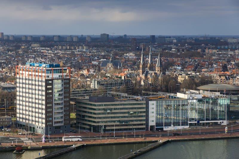 Edificios modernos en el riverbank de Amsterdam imágenes de archivo libres de regalías