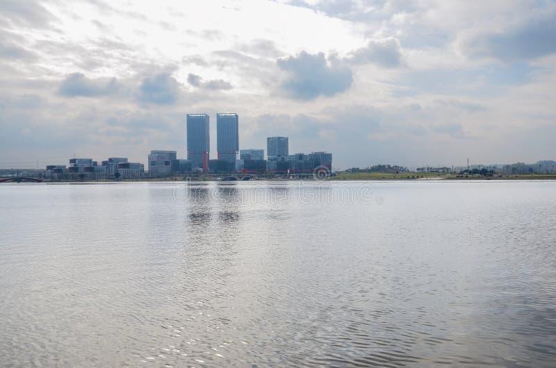 Edificios modernos en la orilla del lago por tarde nublada del invierno, Chengdu imágenes de archivo libres de regalías
