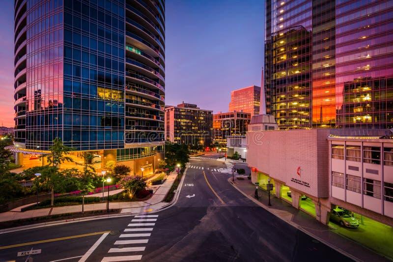 Edificios modernos en la puesta del sol en Rosslyn, Arlington, Virginia fotografía de archivo libre de regalías
