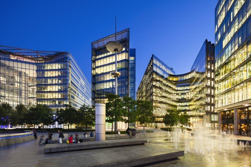 Edificios modernos en Londres en la noche imagenes de archivo