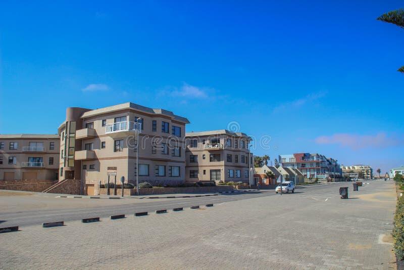 Edificios modernos y arquitectura: casas, tiendas y camino en una ciudad africana imágenes de archivo libres de regalías
