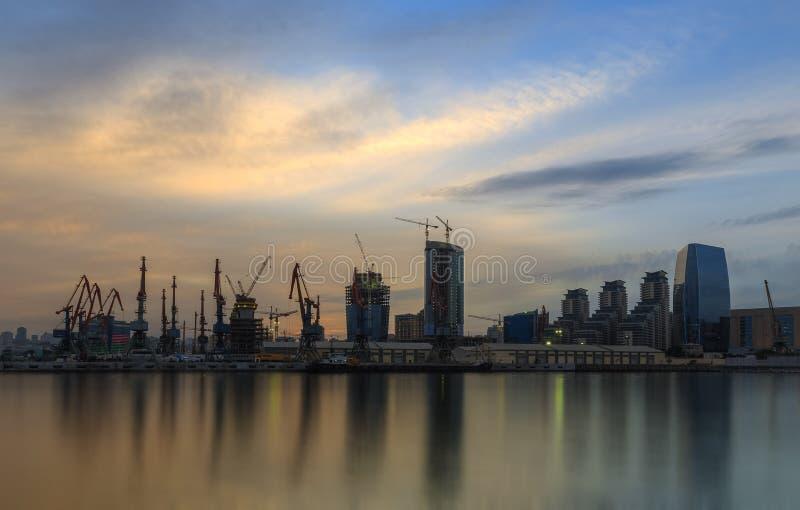 Edificios modernos y el puerto en Baku (Azerbaijan) imagen de archivo