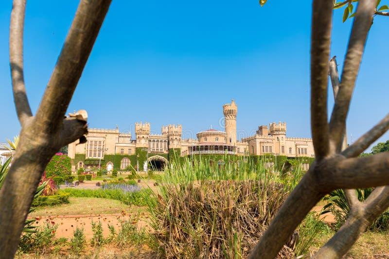 Edificios principales del palacio de Bangalore, con las ramas de árbol borrosas en el primero plano, Bangalore, Karnataka, la Ind fotografía de archivo