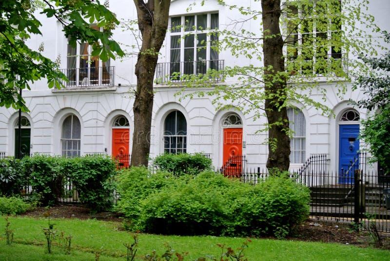 Edificios residenciales ingleses tradicionales, fotos de archivo