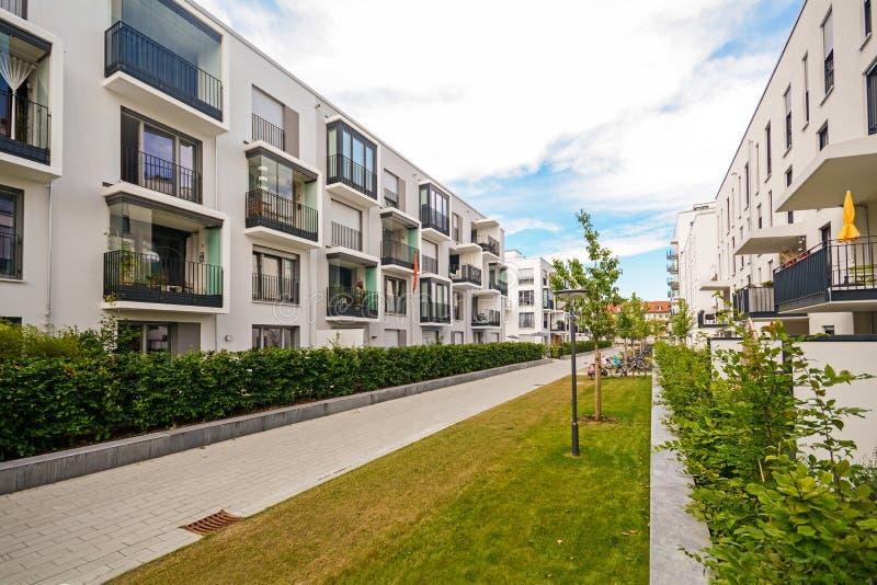 Edificios residenciales modernos con las instalaciones al aire libre, fachada de nuevas casas de poca energía imagen de archivo
