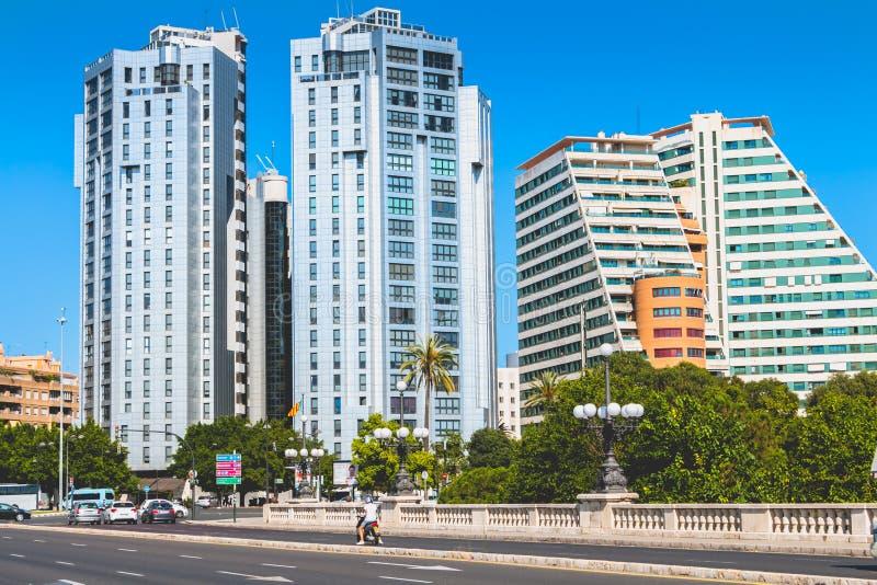 Edificios residenciales modernos en el centro de ciudad fotografía de archivo