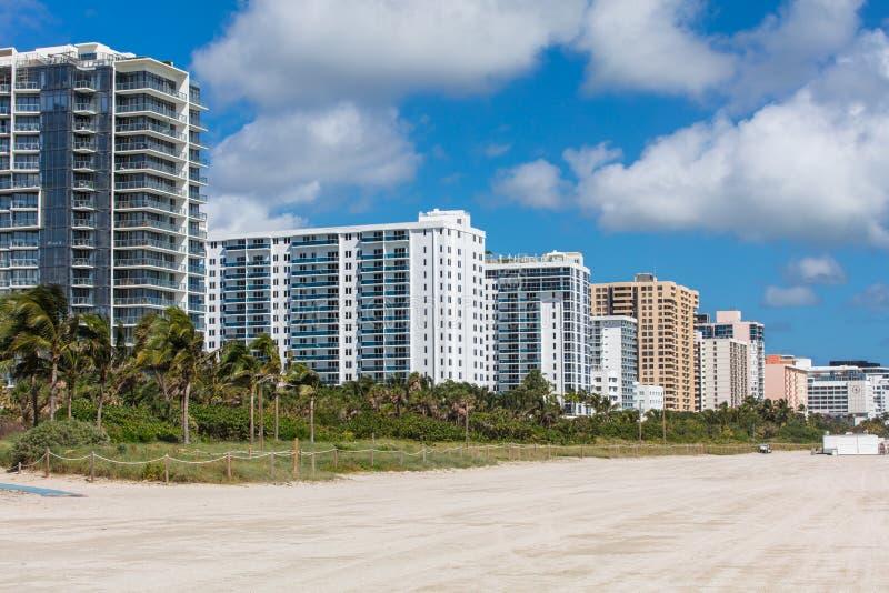 Edificios residenciales modernos en la costa en Miami Beach imagen de archivo