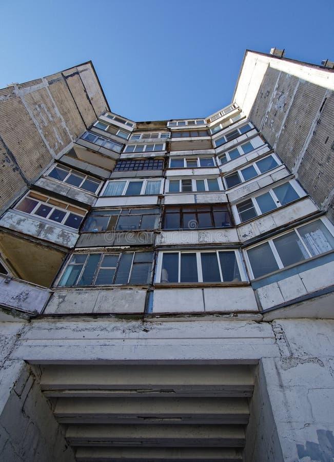 Edificios soviéticos prefabricados de los balcones en fondo del cielo fotografía de archivo