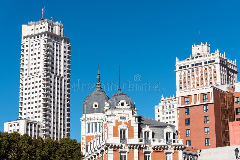 Edificios típicos en Madrid, España fotografía de archivo