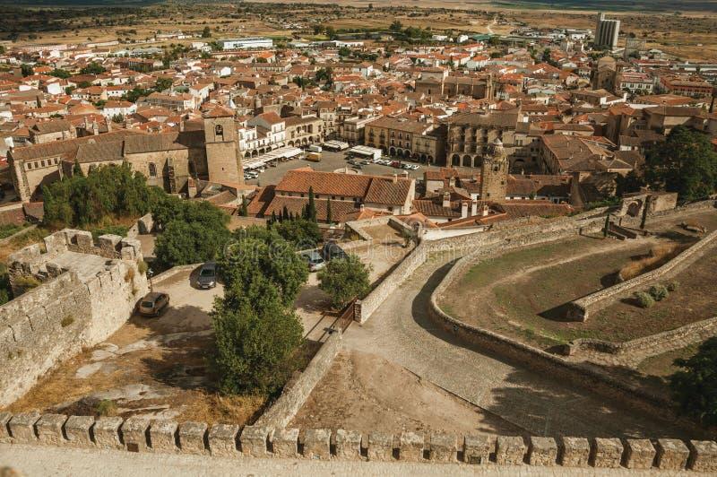 Edificios, tejados y aguja viejos alrededor del alcalde de la plaza en Trujillo imagen de archivo libre de regalías