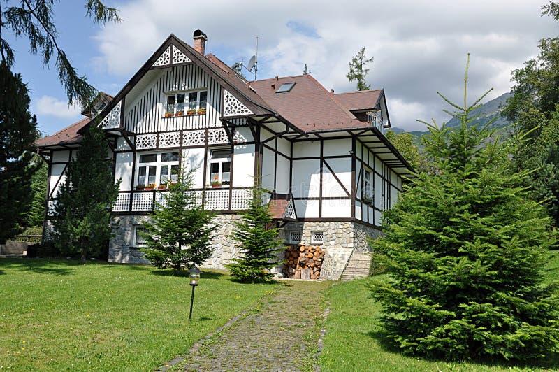 Edificios tradicionales en las montañas, Eslovaquia, Europa fotos de archivo