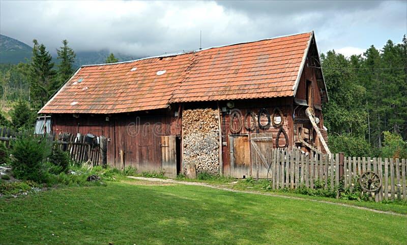 Edificios tradicionales en las montañas, Eslovaquia, Europa imágenes de archivo libres de regalías
