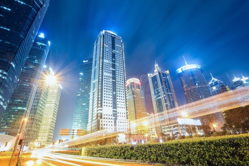 Edificios urbanos futuristas en la noche imagen de archivo