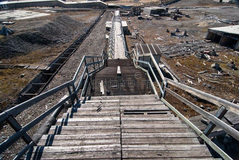 Edificios usados para la explotación del cabón y el transporte del carbón en el pueblo fantasma ruso soviético Pyramiden en el ar fotos de archivo libres de regalías